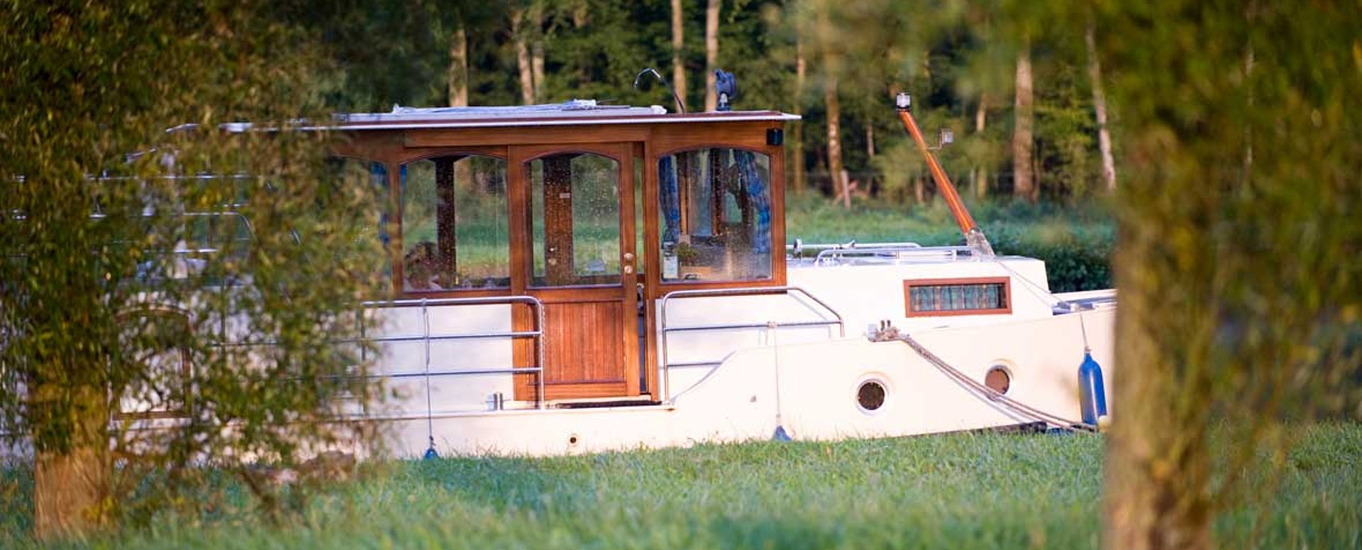 unser hausboot kormoran 1290 mit drei kabinen mein boot. Black Bedroom Furniture Sets. Home Design Ideas